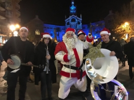 Santa Claus and the band Dixilan
