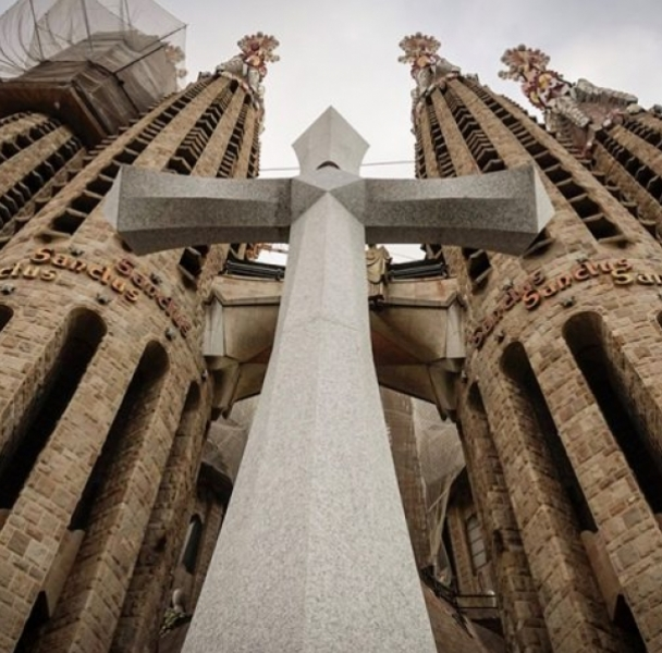 La Creu Gloriosa is installed in the Sagrada Familia